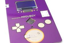 絶対に相手に覚えてもらえるゲームボーイ型名刺「Arduboy」が海外に登場、名刺でテトリスがプレイ出来る 画像